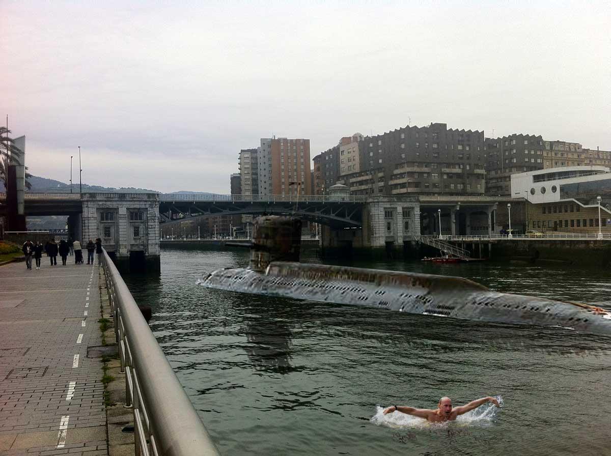 Momento en el que el submarino espía sale a superficie a la altura del puente de Deusto